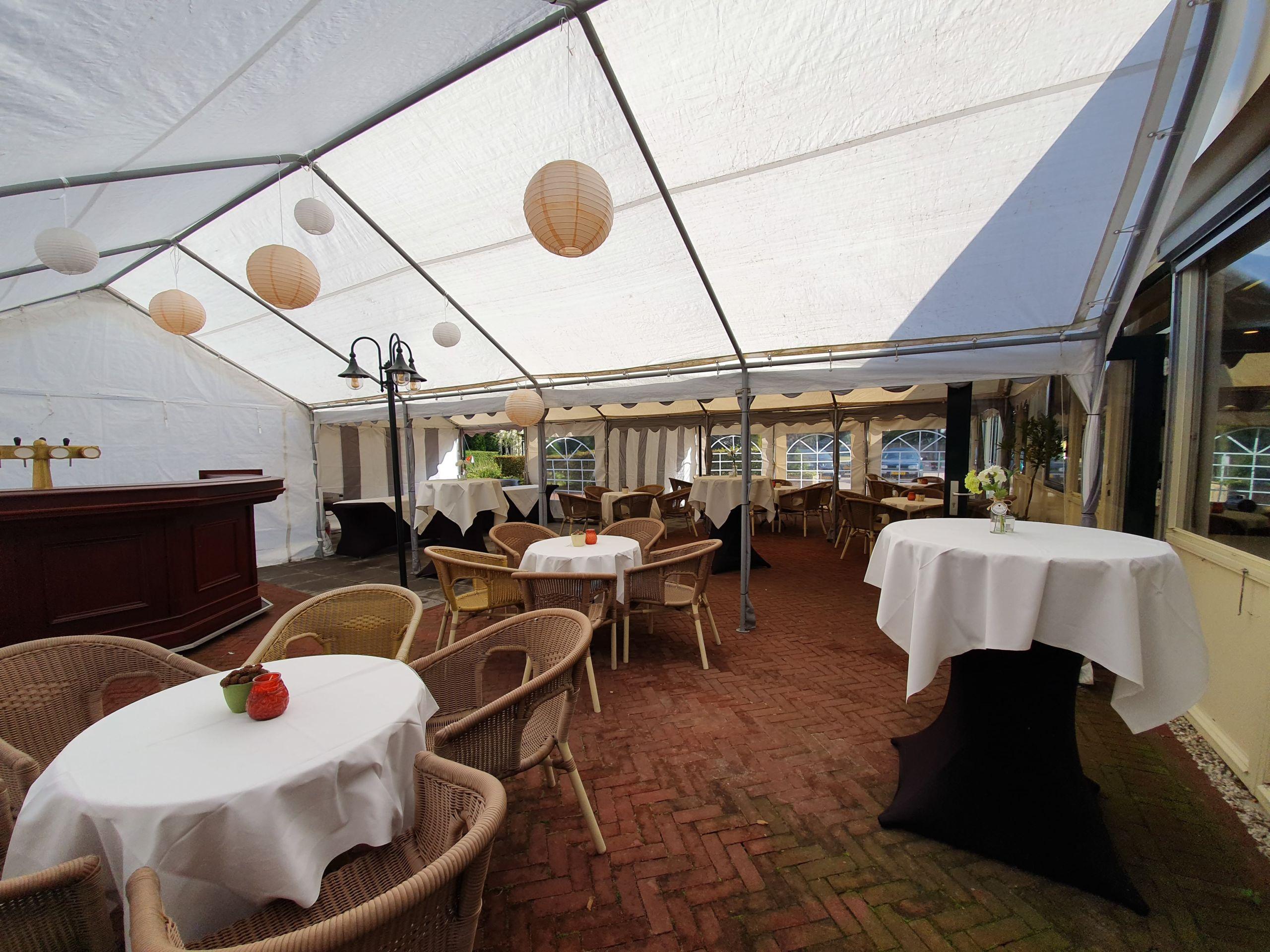 Buiten tent op het terras van de Bailey Bar bij Hotel Landgoed Ehzerwold