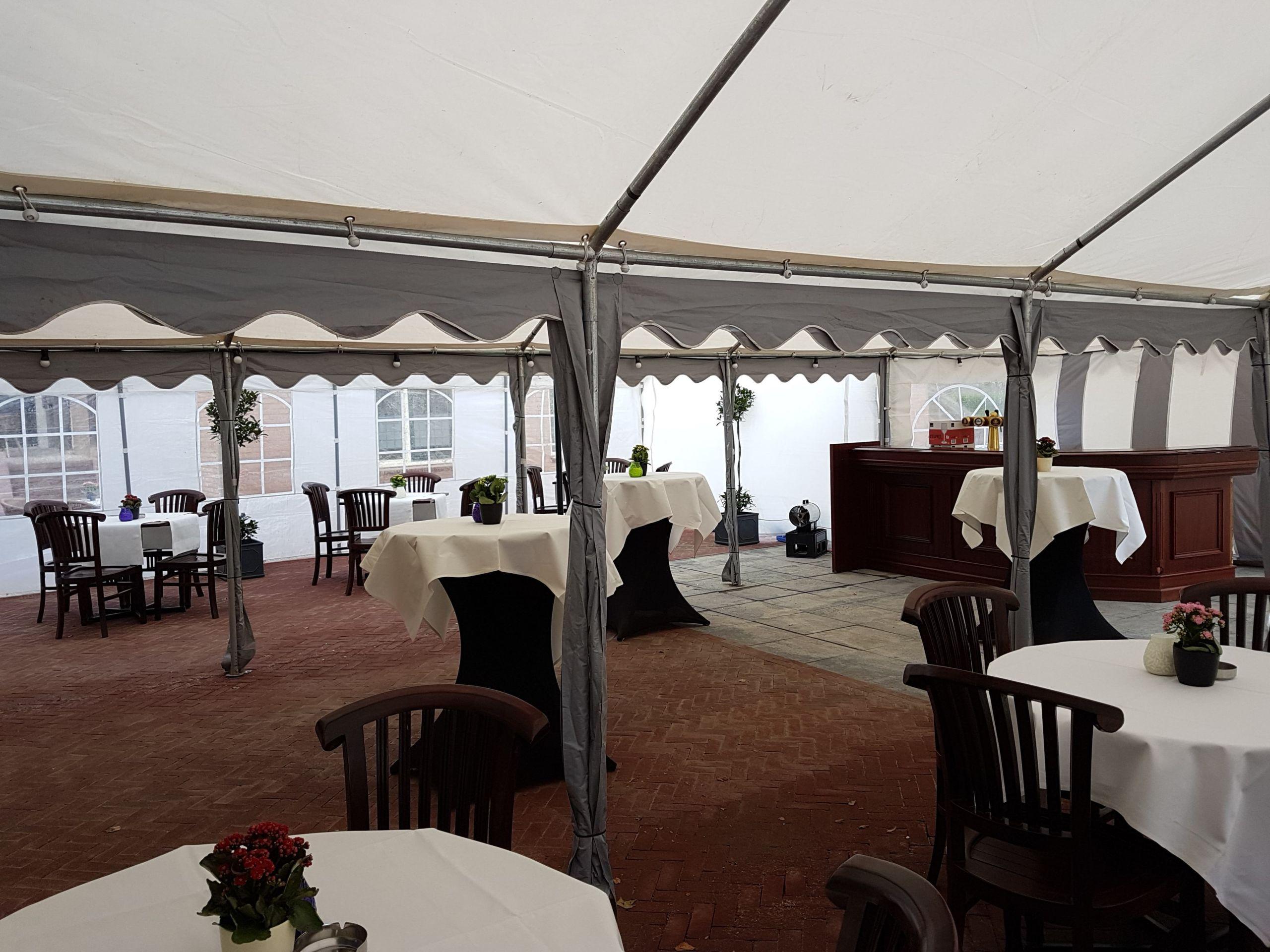 Buiten tent bij de Bailey Bar van Hotel Landgoed Ehzerwold